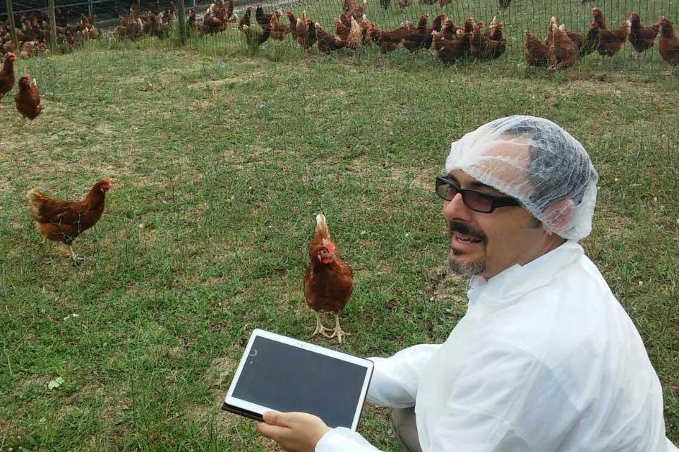 Chyrek Fabrizio durante una lavorazione presso uno stabilimento biologico di punta nel panorama europeo.