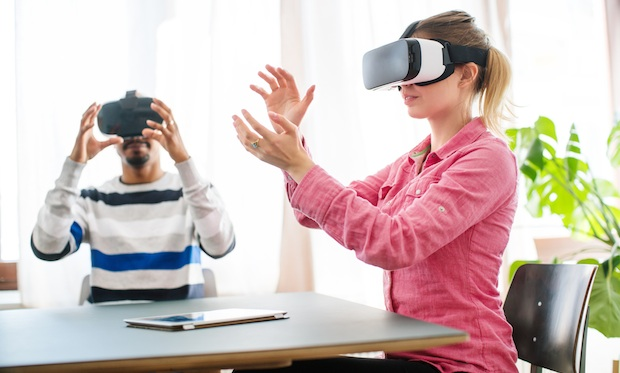 Business colleagues wearing VR glasses in creative office 5 consigli per utilizzare Samsung Gear Vr durante fiere ed eventi della tua azienda
