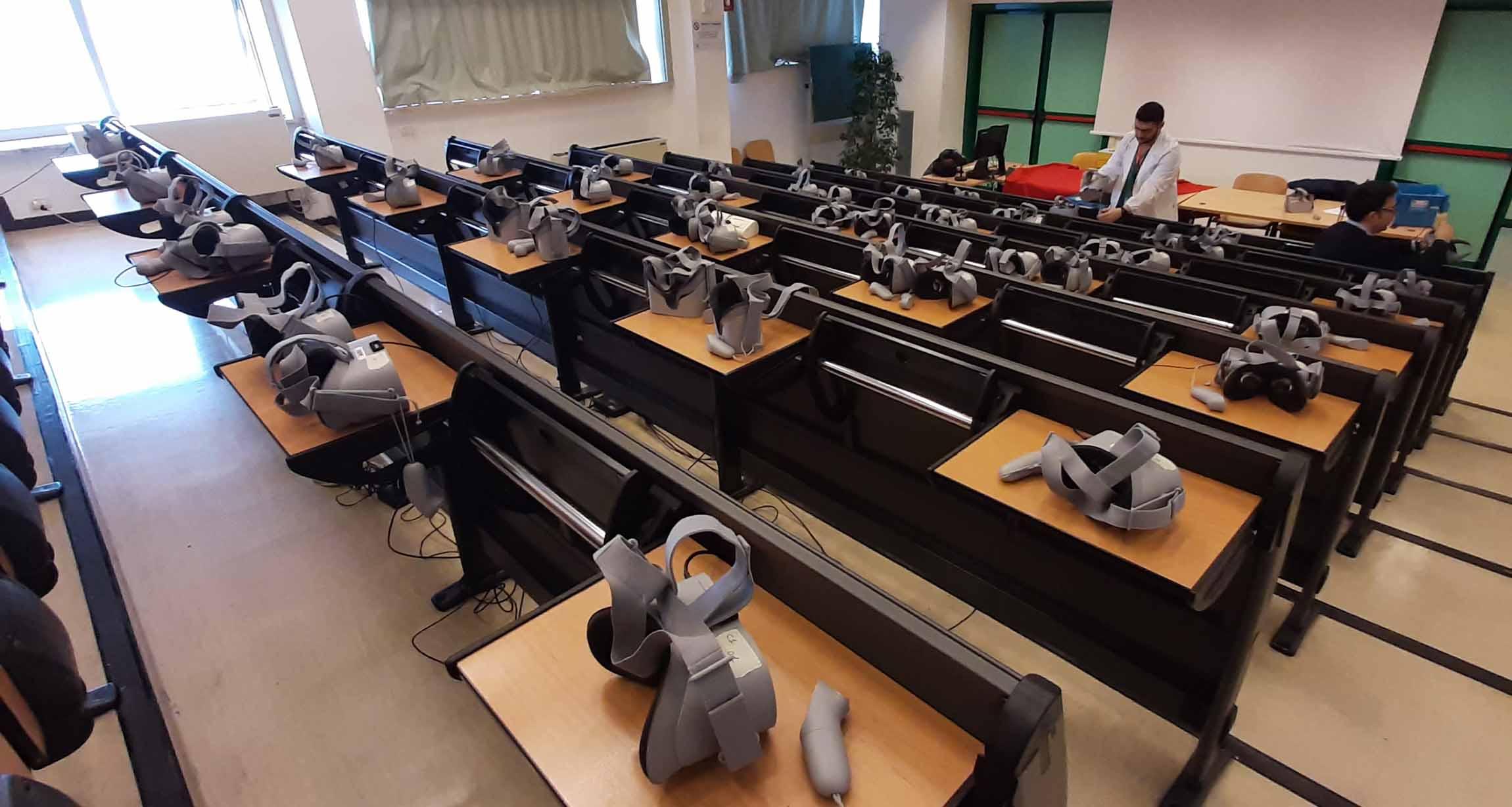 un sistema di live streaming 360 su rete locale in real time senza delay tra 2 camere 360° posizionate in due sale operatorie diverse. Abbiamo usato un sistema di regia live audio e video, che ha permesso a gruppi di 50 infermieri e specializzandi per volta di vivere in maniera immersiva la sala operatoria durante delle gastroscopie. Abbiamo collegato i visori Oculus GO (50x) in rete locale