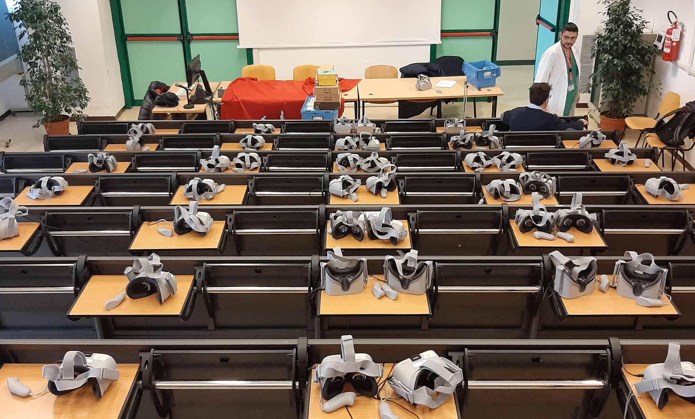 venezia Noleggio visori live streaming Roma Milano un sistema di live streaming 360 su rete locale in real time senza delay tra 2 camere 360° posizionate in due sale operatorie diverse. Abbiamo usato un sistema di regia live audio e video, che ha permesso a gruppi di 50 infermieri e specializzandi per volta di vivere in maniera immersiva la sala operatoria durante delle gastroscopie. Abbiamo collegato i visori Oculus GO (50x) in rete locale