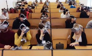 SOLUZIONE DI LIVE STREMING 360 VR IN AMBITO OSPEDALIERONoleggio visori live streaming Roma Milano un sistema di live streaming 360 su rete locale in real time senza delay tra 2 camere 360° posizionate in due sale operatorie diverse. Abbiamo usato un sistema di regia live audio e video, che ha permesso a gruppi di 50 infermieri e specializzandi per volta di vivere in maniera immersiva la sala operatoria durante delle gastroscopie. Abbiamo collegato i visori Oculus GO (50x) in rete locale